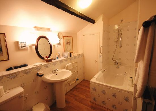 The Old Rectory Country House: Bath Room in the Coach House