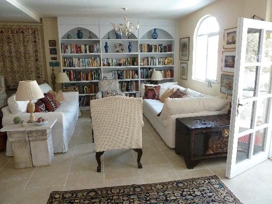 The Muses House Boutique Hotel: Guest Living room & Library
