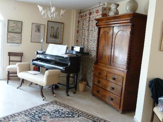 The Muses House Boutique Hotel: Guest Lounge & Piano