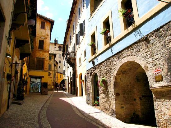 สโปลโต, อิตาลี: Rocca Dei Perugini, pedestrian centre of Spoleto