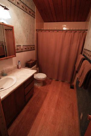 Alaska Serenity Lodge : Upstairs Bathroom