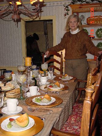 Shaker Farm Bed and Breakfast: Cathy setting her table