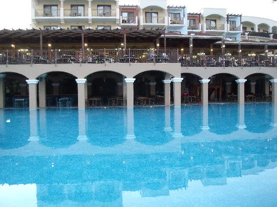 Lindos Imperial Resort & Spa: La piscine principale et le resto a l'étage