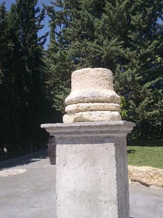 Hacienda Senorio de Nevada: columna entrada jardines