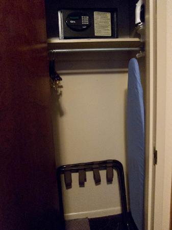 Days Inn Hotel New York City-Broadway: Closet (only one present)
