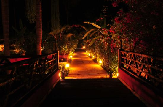 Laguna Anjuna: Beautiful entrance to the hotel at night