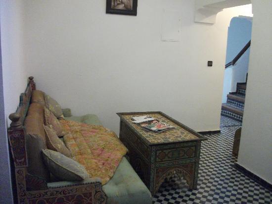 Riad Jardin Chrifa: Divano nel corridoio