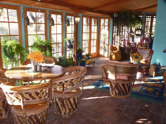 The Duquesne House Inn & Gardens: Enclosed patio looks out on garden