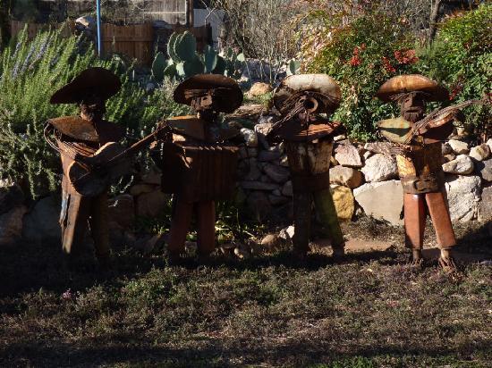 The Duquesne House Inn & Gardens: Garden view with sculptures