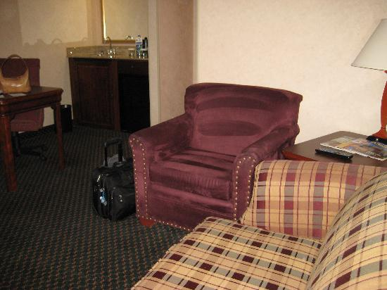 Embassy Suites by Hilton Colorado Springs: connecting room's sofa