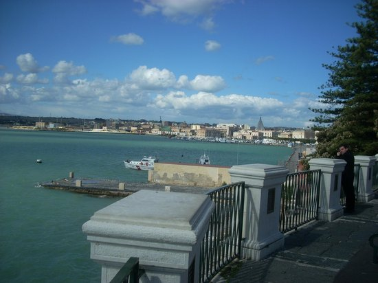 Fonte Aretusa : A breathtaking view of the harbor from the piazza above the fountain