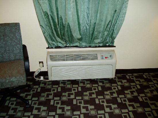 Super 8 Daleville: tuck the drapes in like this to get A/C