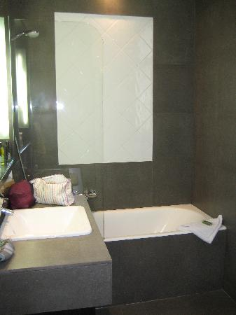 Hotel Duret: Modern stone effect bathroom
