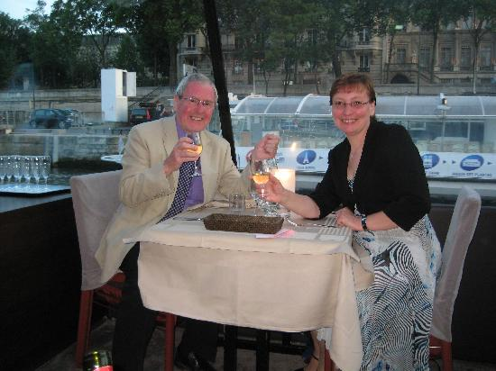 Hotel Duret: Dinner on a Seine riverboar cruise