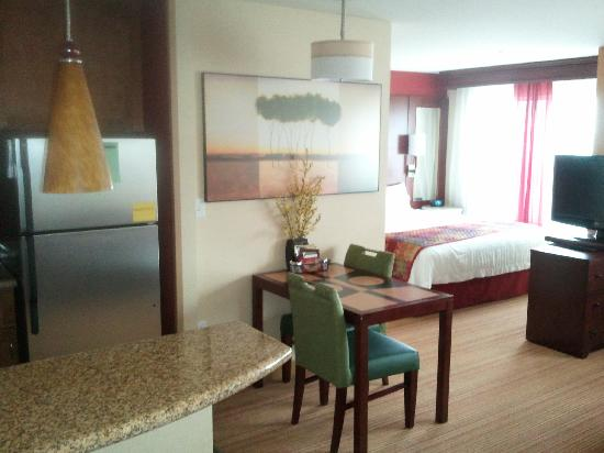 Residence Inn by Marriott Auburn: King Studio Suite Bed Area