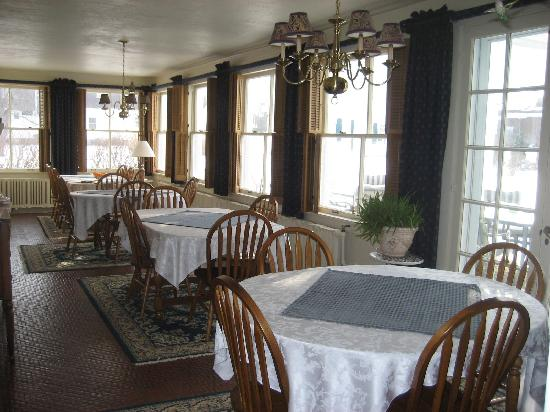 Chestnut Street Inn: Breakfas t was served each morning in the sunroom!