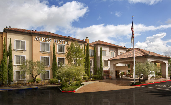 Ayres Hotel Laguna Woods: Hotel Exterior and Entrance