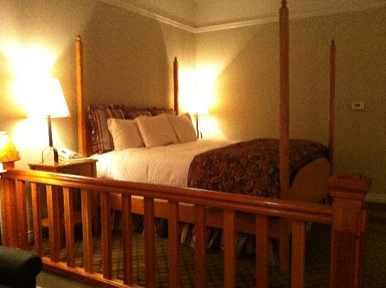 Pine Ridge Inn: The bed.