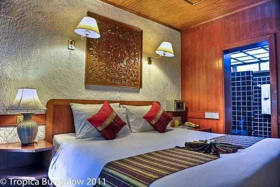 Tropica Resort and Restaurant: Bungalow bed bathroom