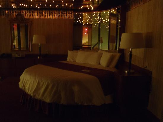 Cove Haven Resort: Bed w Starlight ceiling