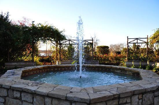 Dallas Arboretum & Botanischer Garten: Brunnen im Boswell Family Garden