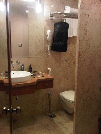 Radisson Blu Atria Bengaluru: Modern bathroom