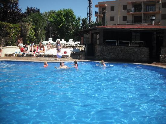 Hotel Villamarina Club: Pool with the snack bar at the side