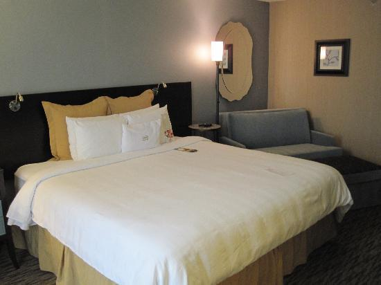 Crowne Plaza Lombard Downers Grove: Bed & sofa