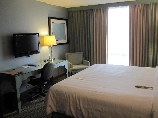 Crowne Plaza Lombard Downers Grove: View towards window and desk