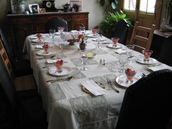 Green Door Bed and Breakfast: Table set for Breakfast