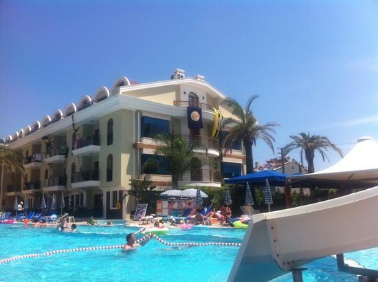 Candan Club Hotel: poolside