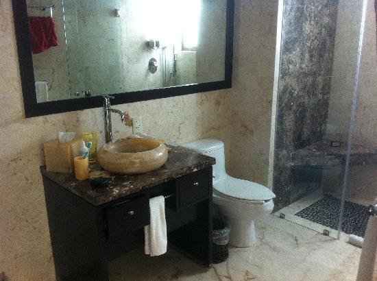 El Taj Oceanfront & Beachside Condos Hotel : Penthouse unit 320 - guest bathroom