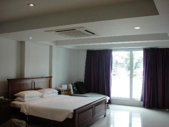 Rayaburi Beach Club Hotel: HUGE ROOM