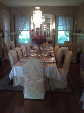 Ambrias Garden Manor Bed and Breakfast: dinning room