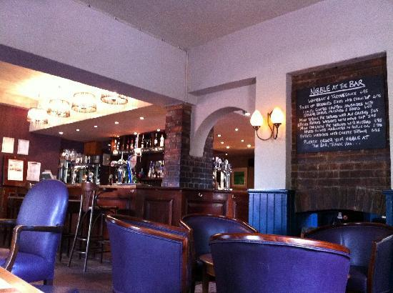 The Greyhound Carshalton Hotel : The modern trendy bar