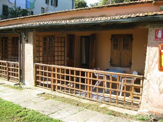 """Casciana Terme, Italia: il nostro bungalow con Brenda a fare """"la guardia"""""""