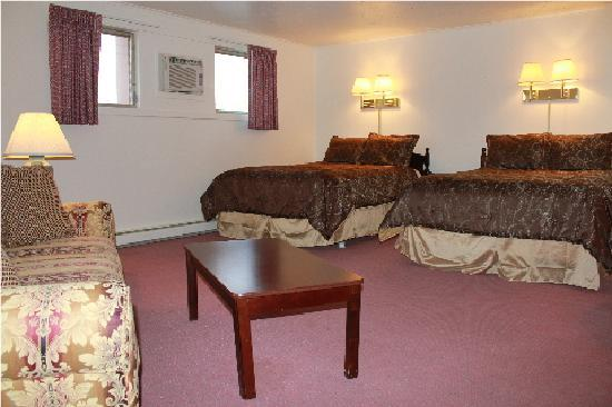 Berkshire Inn: Deluxe room with 2 Queen Beds and Pull out couch