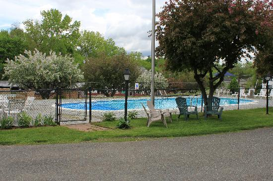 Berkshire Inn: Pool Area