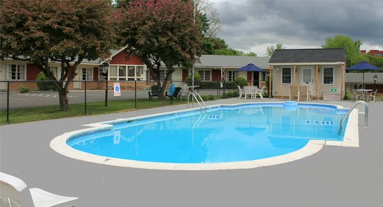 Berkshire Inn: Outdoor Pool