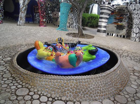 Capalbio, Italien: la fontaine aux nanas