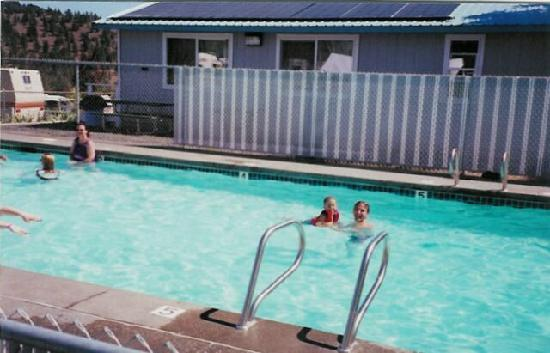 Sun Rocks RV Resort: the swimming pool at the park