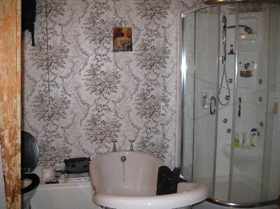 Enchanted Manor: large bathroom