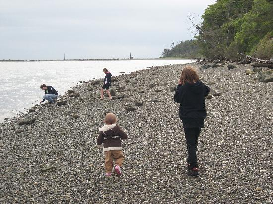 Juan de Fuca Cottages: daughters and nieces exploring the rocky beach.