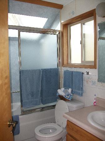 Juan de Fuca Cottages: The bathroom in cottage #4.