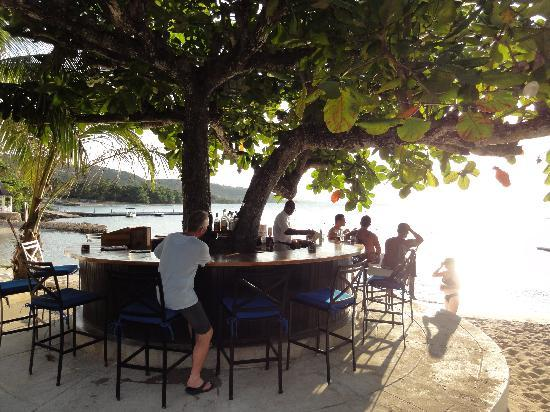 Round Hill Hotel & Villas : The tree bar (1 of 2!) on the beach