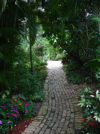 Mary's Resort: Brick pathway between gardens