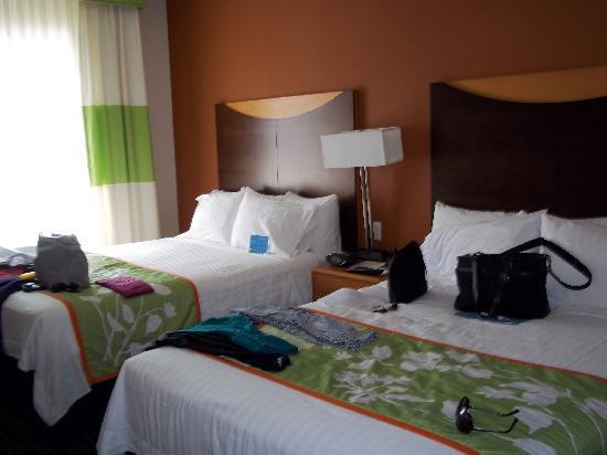 Fairfield Inn & Suites White Marsh: Forgive the stuff on the beds