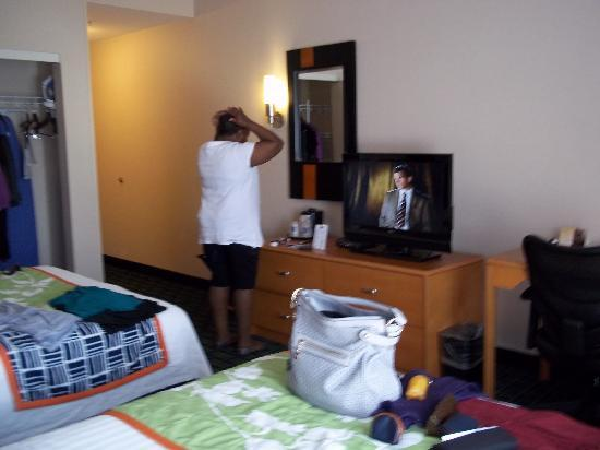 Fairfield Inn & Suites White Marsh: Other angle, don't mind mom in the mirror