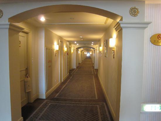 Grand Hi-Lai Hotel: 客室フロアの廊下も広くて明るい