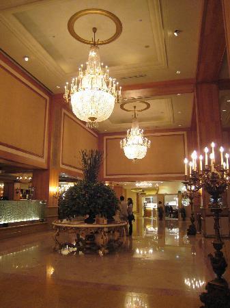 Grand Hi-Lai Hotel Kaohsiung: 高い天井とシャンデリアで豪華なロビー